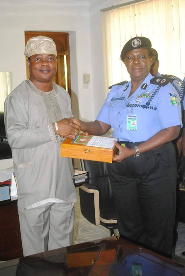 The Aare Atunluse of Owo kingdom. Prince Rotimi Ibidapo being honoured by the IGP for his outstanding contributions to the welfare of police in Nigeria