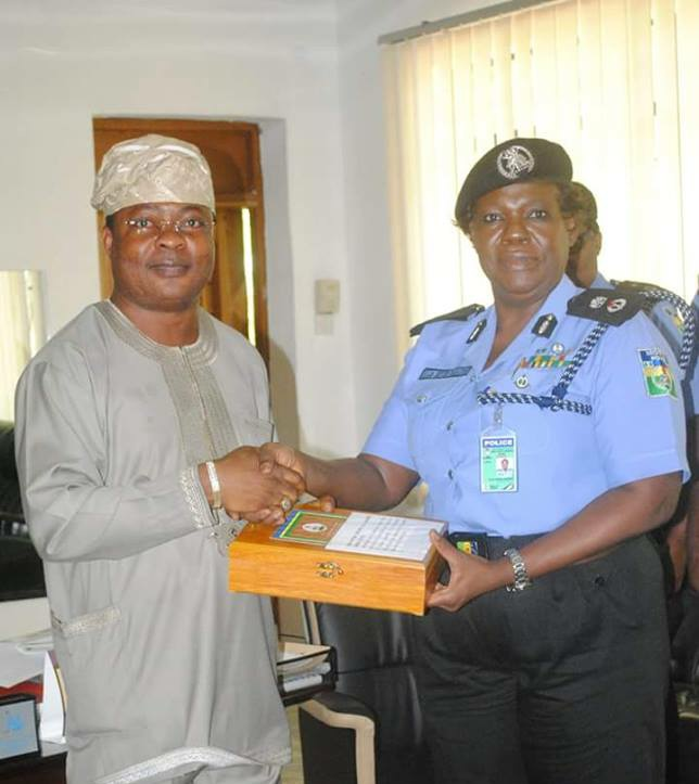 PHOTONEWS:The Aare Atunluse of Owo kingdom. Prince Rotimi Ibidapo being honoured by the IGP for his outstanding contributions to the welfare of police in Nigeria