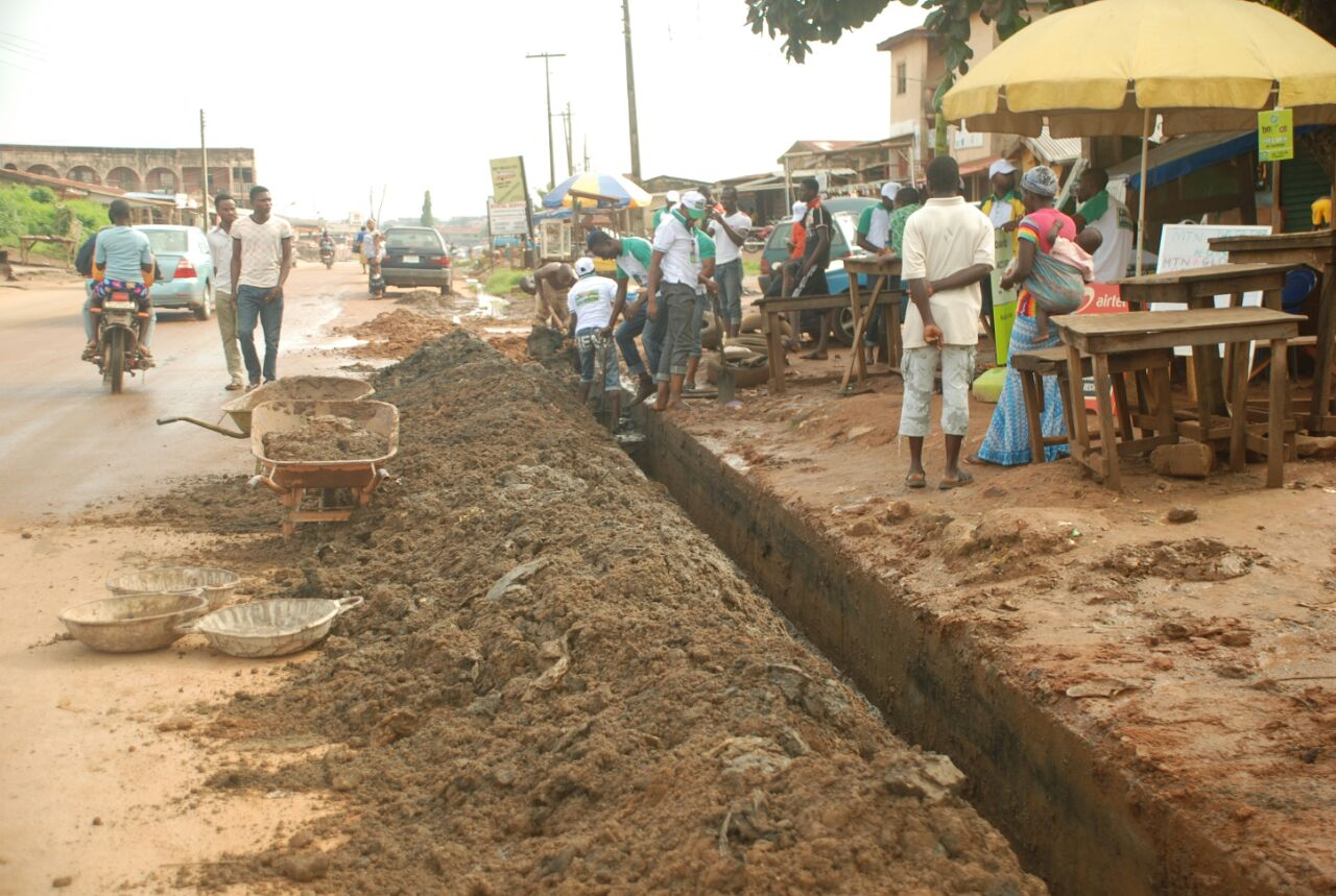 Flooding: Youth group clears drains in Akure