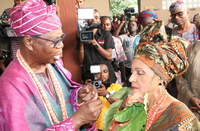 Sasere of Ondo Kingdom, High Chief Olu Adeduro (left), decorating the Publisher of Guardian Newspaper, Lady Maiden Alex Ibru as Yeye Atunluse of Ondo Kingdom, while Governor Olusegun Mimiko and Wife Olukemi (right), watch.