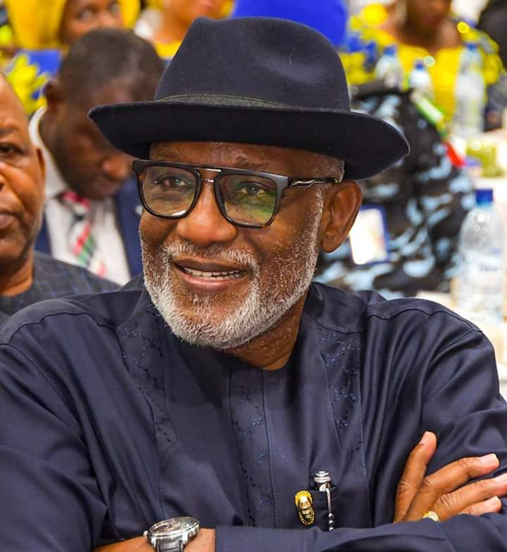 Akeredolu honours three Ex-Corps members with cash gift